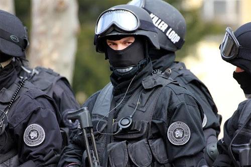ПОЛИЦАЕЦ ОД СКОПЈЕ СО РЕАКЦИЈА  Замислете како ќе им биде на колегите кои ќе носат обележја на истиот јазик како оној на униформите на терористите од Диво Насеље  Бродец  2001 та