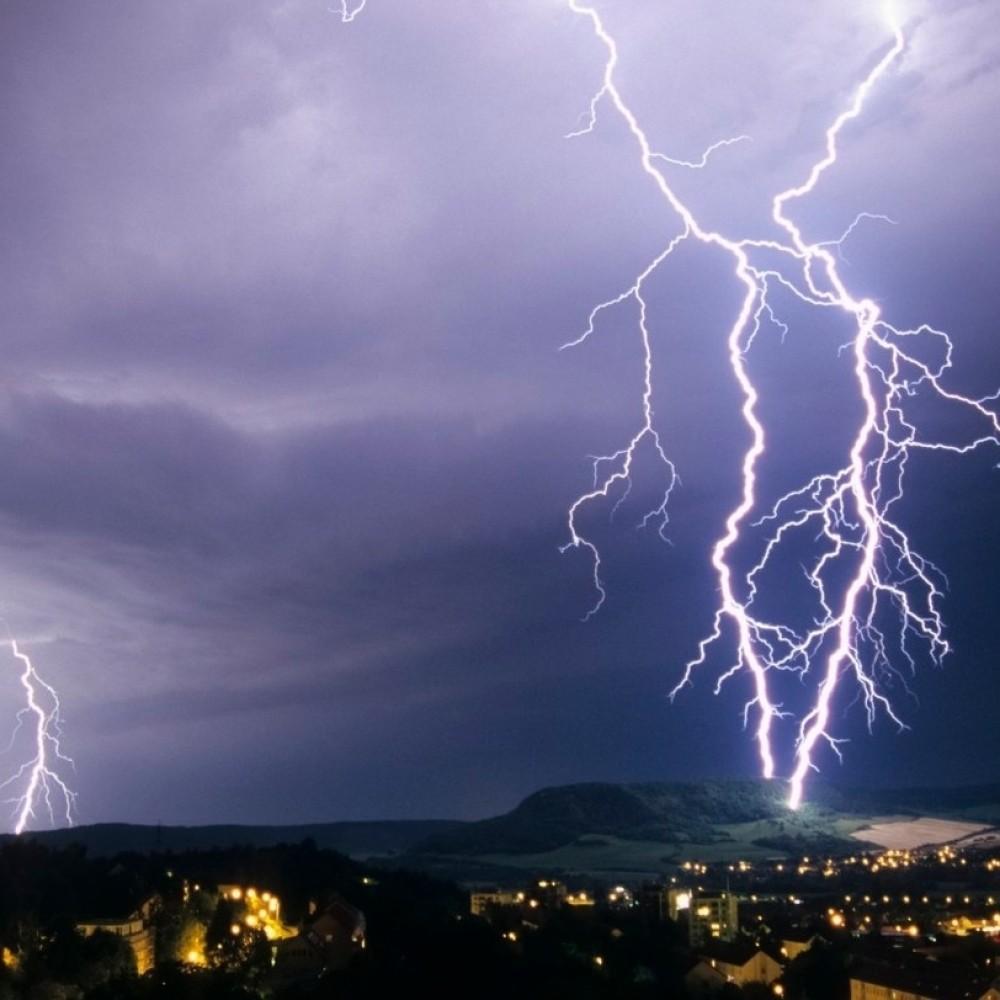 СИЛНО НЕВРЕМЕ ВО СКОПЈЕ  УХМР предупредува на пороен дожд и силно невреме во Скопје и скопско
