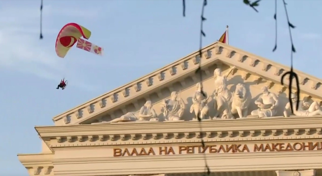ПАРАГЛАЈДЕР НАД МАКЕДОНСКАТА ВЛАДА  Параглајдер со Македонското знаме и симболот на граѓанската иницијатива ги поздрави граѓаните