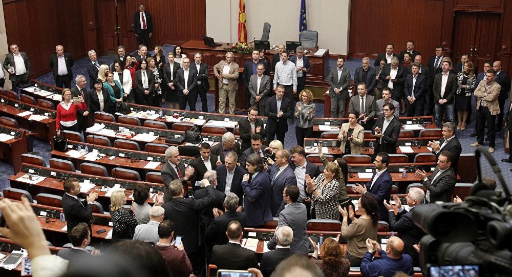 МАКЕДОНИЈА ОД УТРЕ ДВОЈАЗИЧНА  Пратениците утре ќе гласаат за законот за двојазичност  и за казни од 5 000 евра ако не го знаете јазикот