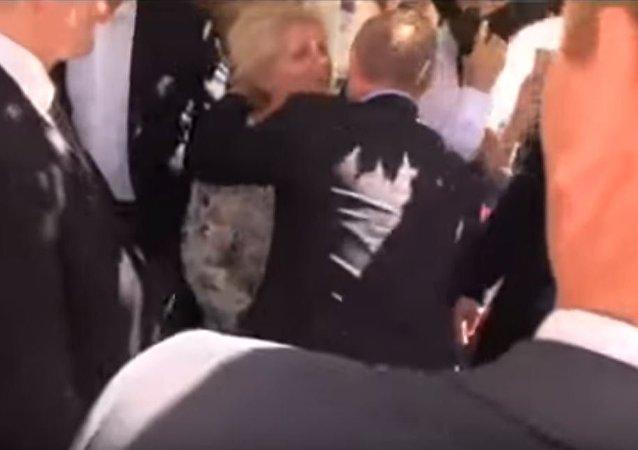 И СЕ ИСПОЛНИ ЖЕЛБАТА  Дошла во Москва да го бакне Путин  и успеа