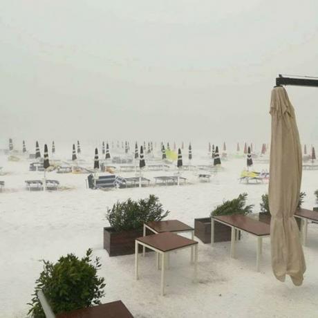 ВИДЕО ФОТО СНЕГ НА ЈАДРАНОТ  Наместо сончање на плажа снег