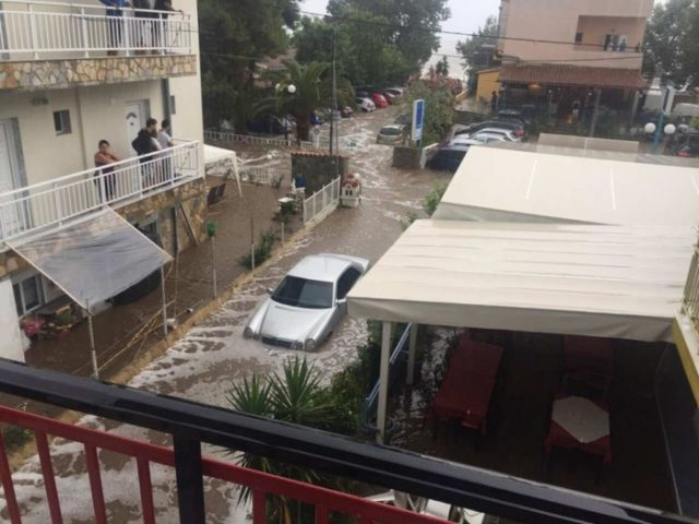 ЕВАКУИРАНИ ТУРИСТИ ВО ГРЦИЈА  Поплави во неколку туристички места во Грција   едно семејство побарало помош од Македонскиот конзулат