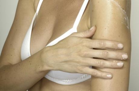 ОВА МОЖЕ ДА ВИ ПРЕДИЗВИКА РАК  Многу од жените го прават ова на своите гради  а така си го загрозуваат здравјето