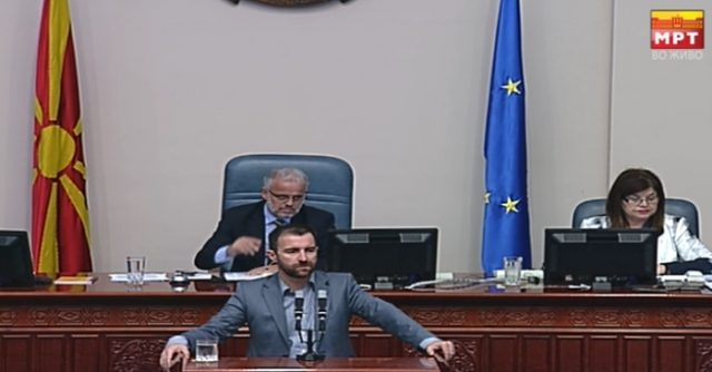 ДИМОВСКИ ПОБАРА ПОВЛЕКУВАЊЕ НА ЗАКОНОТ ОД ДНЕВЕН РЕД  Димовски побара широка дебата пред да се гласа двојазичноста  пратениците на СДСМ и албанските коалиционери инсистираат да гласаат денес