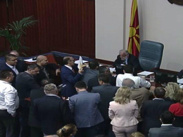ТЕНЗИИ ВО СОБРАНИЕТО  Започна насилното носење на законот за двојазичност  тензии помеѓу Џафери и пратениците од ВМРО ДПМНЕ