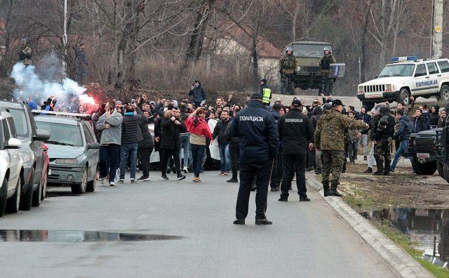 ВО ЃОРЧЕ ВРИЕ ОД ПОЛИЦИЈА   Шверцери  во голема бројка дојдоа на стадионот во Ѓорче Петров