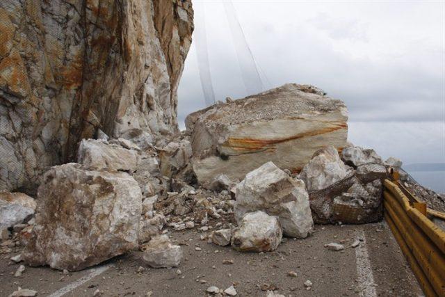 Во прекин сообраќајот на патот Велес  Градско  Одрон на карпа