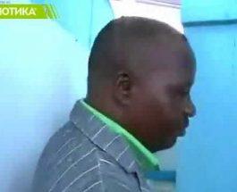 ШИЛЕГОВ МОРА УШТЕ ДА УЧИШ: Свечено отворање на јавно WC во Нигерија!