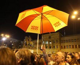 (Видео)МАРШ НА ДОЖДОТ: И покрај дождот продолжија масовните протести на улиците низ Македонија!