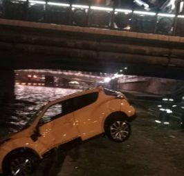ИЗВАДЕН АВТОМОБИЛОТ НА ВЕСНА ПЕТРУШЕВСКА: По три часа пожарникарите го извадија автомобилот на Петрушевска од Вардар!