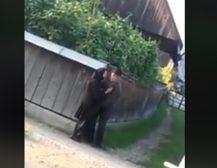 """""""УДРИ МИЛЕ ЈОШ СИ ЖИВ"""": Баба и дедо на среде улица не можеа да се воздражат!"""