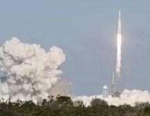 """(Видео)ЛАНСИРНА НАЈСИЛНАТА РАКЕТА ВО СВЕТОТ: Од Флорида полета ракетата """"Фалкон Хеви"""" на компанијата """"Спејс Екс"""""""