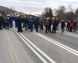 БЛОКАДА НА ПАТОТ ГРАДСКО-ПРИЛЕП: Работниците на ФЕНИ го блокираа магистралниот пат, поради неисплатени плати и стечајот на компанијата!