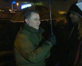 ГРУЕВСКИ И ВЕЧЕРВА НА ПРОТЕСТ: Груевски меѓу народот кој и покрај дождот и студеното време протестираше пред Министерство за правда