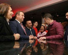(Фото)ГРУЕВСКИ НА ЗАБАВА СО МЛАДИТЕ: По митингот во Гевгелија, Груевски продолжи на забава со младите!