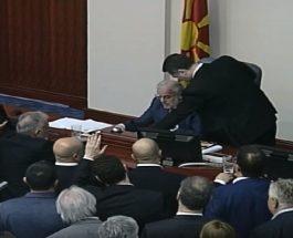 ГРУЕВСКИ ЛАВОВСКИ: Груевски лавовски му се спротивстави на неуставното донесување на Законот за јазиците, со чаша вода