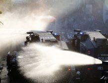 (Видео)ДОБРОДОЈДОВТЕ ВО ПЕКОЛОТ: Жестоки судири помеѓу германската полиција и демонстрантите во Хамбург!