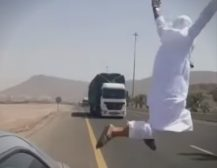 (Видео)НЕНОРМАЛНА РАБОТА: Скокна пред шлепер на автопат, погледнете што се случи!