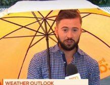 ГО ОДНЕСЕ ВЕТАР: Новинар го однесе ветарот на сред вклучување во живо