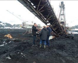 МИЦКОСКИ ВО КАЛ ДО КОЛЕНА ЗАЕДНО СО РАБОТНИЦИТЕ ОД РЕК: Додека Заев се гади од земјоделците, Мицкоски барабар со рударите во РЕК