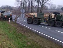 (Видео)РУСКАТА ВОЈСКА УМИРА ОД СМЕЕЊЕ: Моќната армија на НАТО заглави во кал на асфалтиран пат во Полска!