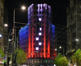 """ПАЛАТА """"АЛБАНИЈА"""" ВО БОИТЕ НА РУСКОТО ЗНАМЕ: Србија се солидаризираше со Рускиот народ по терористичкиот напад!"""