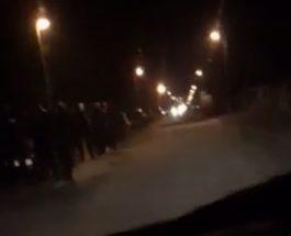 ПРОТЕСТ И ПРЕД ДОМОТ НА ТАТЈАНА ПРЕТНОВИЌ: Драчевчани се собраа на протест пред домот на пратеничката од СДСМ од Драчево
