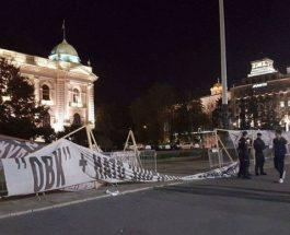 """(Видео)""""МАКЕДОНСКОТО СЦЕНАРИО"""" ЗАПОЧНА ВО СРБИЈА: Хулигански протести пред српскиот парламент, се сквернават споменици и се фрла со шишиња кон зградата на Собранието!"""