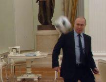 (Видео)ПУТИН ИГРАШЕ ФУДБАЛ СО ИНФАТИНО ВО КРЕМЉ: На 100 дена пред почетокот на Мундијалот, Путин и Инфантино играа фудбал