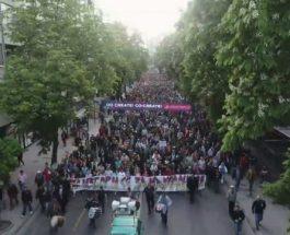 (Видео од дрон)СКОПЈЕ ВРИЕ: Голем број на граѓани се движат кон седиштето на СДСМ!