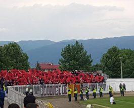 ПРОВОКАЦИИ ВО СТРУМИЦА: Навивачите на Шкендија со албански знамиња и знамиња на Голема Албанија!