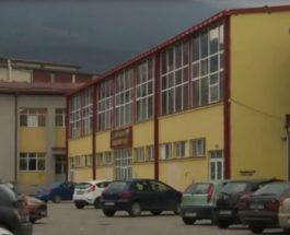 ДЕВОЈЧЕ СЕ ЗДОБИЛО СО УЖАСНА ПОВРЕДА НА УЧИЛИШТЕ: Шипка падна врз глава на девојче во скопско училиште, повредата е ужасна