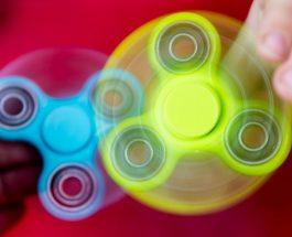 """ФИЏЕТ СПИНЕР: ,,Заразната"""" играчка која ги замени џамлиите и клик клакот од наше време"""
