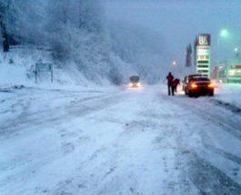 БЛОКИРАНО НА СТРАЖА: Шлепер заглави во снегот на Стража, се вози по една лента