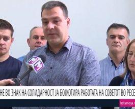 ПОВЕЛЕТЕ, ТУКА СМЕ, АПСЕТЕ: Советничката група на ВМРО-ДПМНЕ од Ресен го бојкотираше советот, координаторот повика да ги апсат ако е грев да си ја сакаат Македонија!