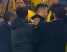 (ВИДЕО)Хаос на натпревар во Турција: Навивачи му ја расцепија главата на тренерот на Бешикташ