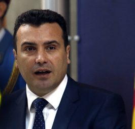 """ЗАЕВ ИСВИРКАН ВО ЛОНДОН: """"Смрт за предавниците"""", """"Смрт за јаничарите"""", """"Македонија има име"""" биле дел од пораките кои дијаспората му ги упатила на Заев!"""
