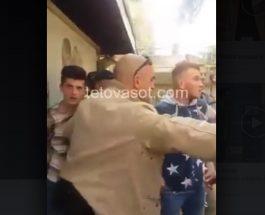 ОБИД ЗА ПРОВОКАЦИЈА И НАПАД НА ПОЛИЦАЈЦИТЕ ВО КУМАНОВО: Насобраните албанци се обидоа да предизвикаат инцидент при апсењето на оние кои го симнаа знамето!